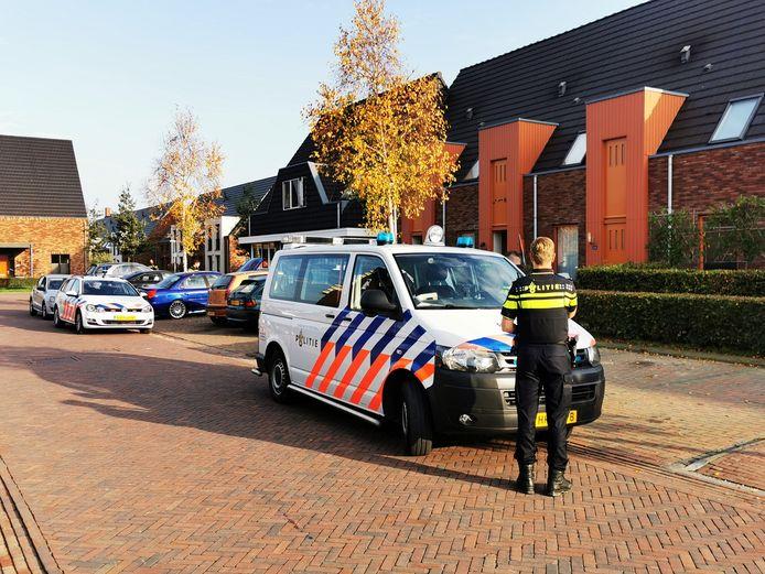 De politie heeft een man en vrouw aangehouden in een woning in Zevenaar voor een drugsmisdaad.