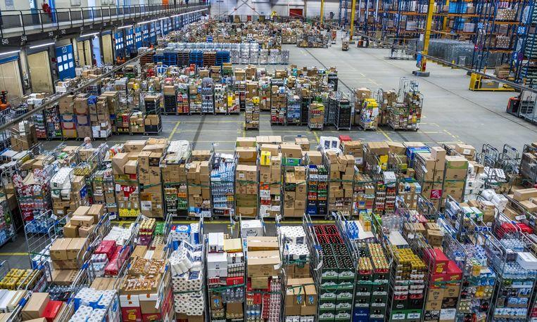 Een distributiecentrum van Albert Heijn in Zaandam draait op volle toeren. Er wordt hard gewerkt om de schappen in de supermarkten goed gevuld te houden.  Beeld ANP