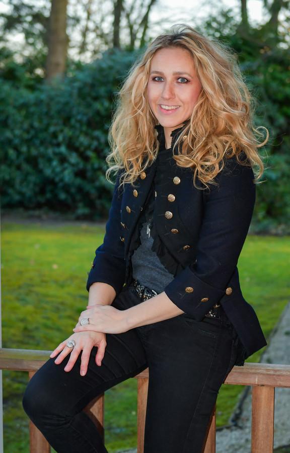 Inga Verbeeck, van het relatiebureau Ivy, organiseert over heel Europa castings om een vrouw te vinden voor een rijke 'sjeik'.