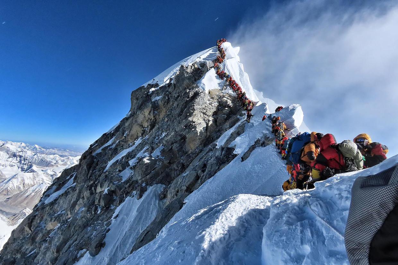 Een file van klimmers op de Mount Everest.