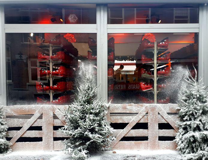 IJsbaan geopend op Markt, het sneeuwde in Roosendaal
