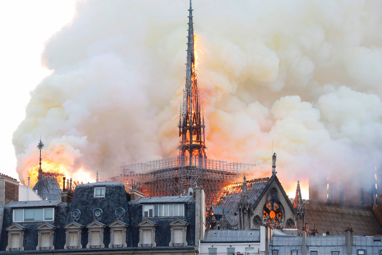 De torenspits van de Notre Dame is volledig ingestort door de brand. Beeld AFP