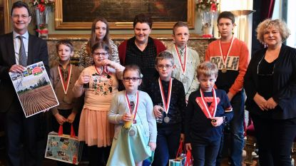 Kinderen krijgen medaille voor kalenderverkoop