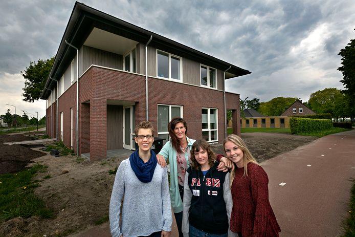 Anne van Hoof, Janneke Suy, Lobke van den Broek en Linda Kneefel (v.l.n.r) bij het Wenshuys.