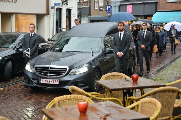 De rouwstoet van Thijs van der Molen arriveert bij café Boerke Verschuren.