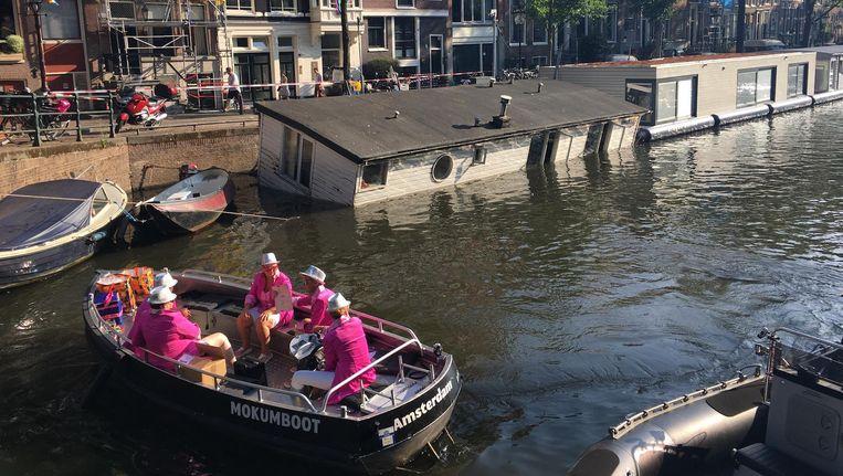 Het is de vraag of de boot nog weggehaald wordt voordat de botenparade start Beeld Hannah Stöve