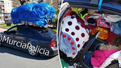 Politie doet koppel in overbeladen auto stoppen. Vind jij hun dochtertje onder de berg bagage?