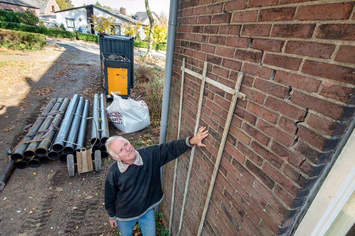Henk van de Krol uit Bemmel heeft scheuren in zijn huis, waarschijnlijk door het lage grondwater.