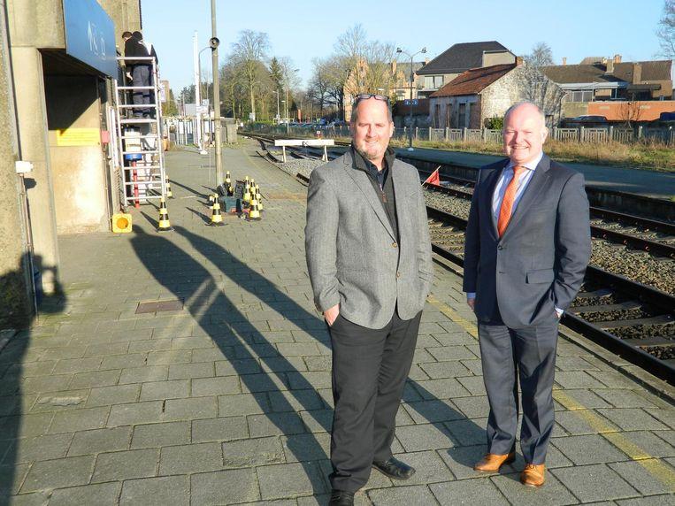 Schepen Christophe De Waele en burgemeester Koen Loete op het perron, aan het station van Eeklo. Daar stappen elke dag meer dan 900 reizigers op.