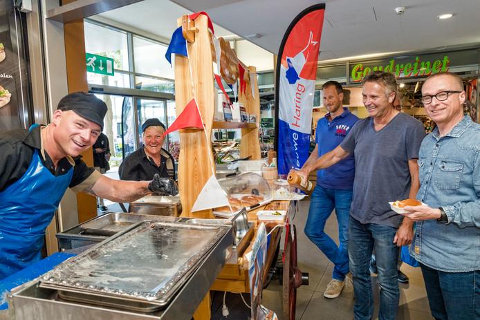 In de lunchpauze vieren klanten van Vishandel Volendam in winkelcentrum Rokkeveen het haringfeest mee.