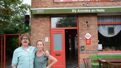"""Cafébaas zet verkeerslicht naast de deur: """"Iedereen welkom bij groen licht, laatste tafels als het op oranje staat en rood als we vol zitten"""""""
