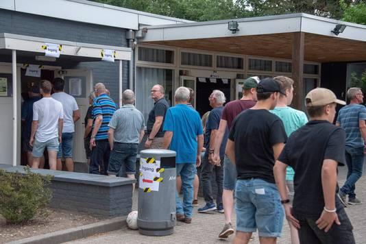 Vlak na rust ontstond een rij voor de kantine van Germania waar het moeilijk was de 1,5 meter te handhaven.