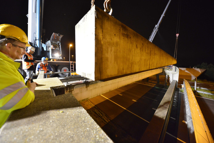 Als er watersnood zou dreigen, wordt de Diefdijk dwars over de snelweg gesloten met betonnen balken met rubberen strips.