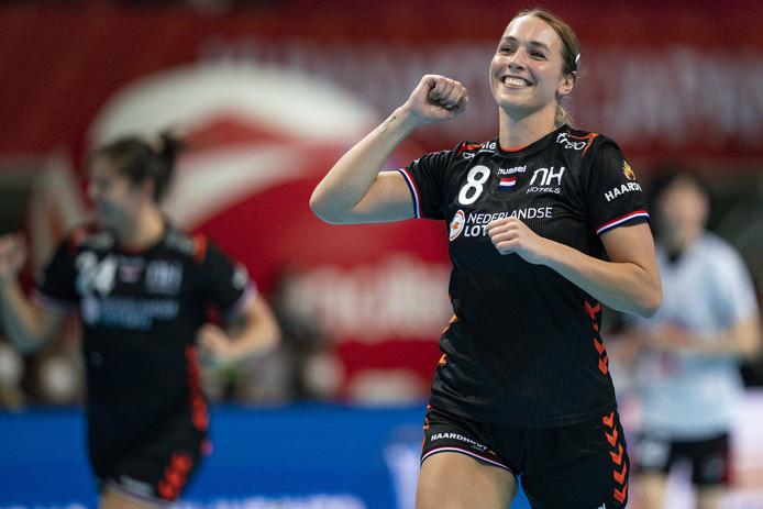 De Nederlandse handbalster Lois Abbingh in actie tijdens de wedstrijd tegen Zuid-Korea op het WK handbal.