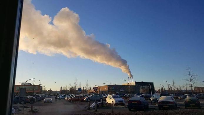Buurtbewoners fotografeerden vanuit hun huis de rookwolken van de houtcentrale. Eigen foto