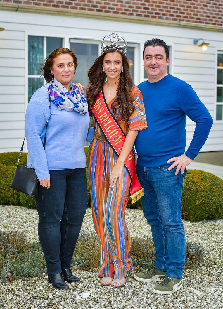 Elena tussen haar ouders Agnes en Gregorio.