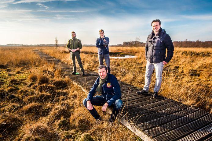 Er gloort hoop voor het vlonderpad in het Haaksbergerveen, mede dankzij de leden van Ronde Tafel Jochem van Herk (zittend), Mark Oskamp (links), Tom Wielens (rechts) en boswachter Jeroen Buunen (achter).