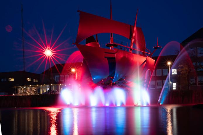 Licht- en watershow bij beeld Vliegende Hollander aan Herengracht Terneuzen
