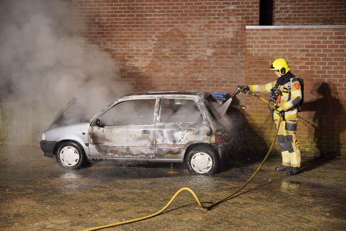 De brandweer blust de auto in Tolhuis.