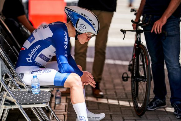 Remco Evenepoel stoomt zich klaar voor de tijdrit in de Ronde van België. Een dag eerder pakte hij na een straf nummertje zijn eerste profzege.