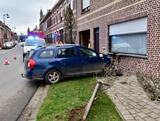 Auto rijdt in bocht rechtdoor en ramt gevel van woning: twee mensen afgevoerd