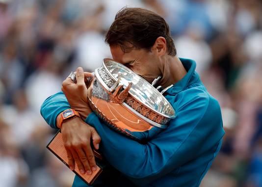 Rafael Nadal omarmt zijn beker: hij wint Roland Garros voor de elfde keer.