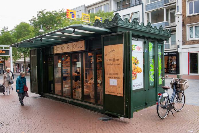De groene kiosk in de Burchtstraat die dienst doet als etalage van Heppie Hout.