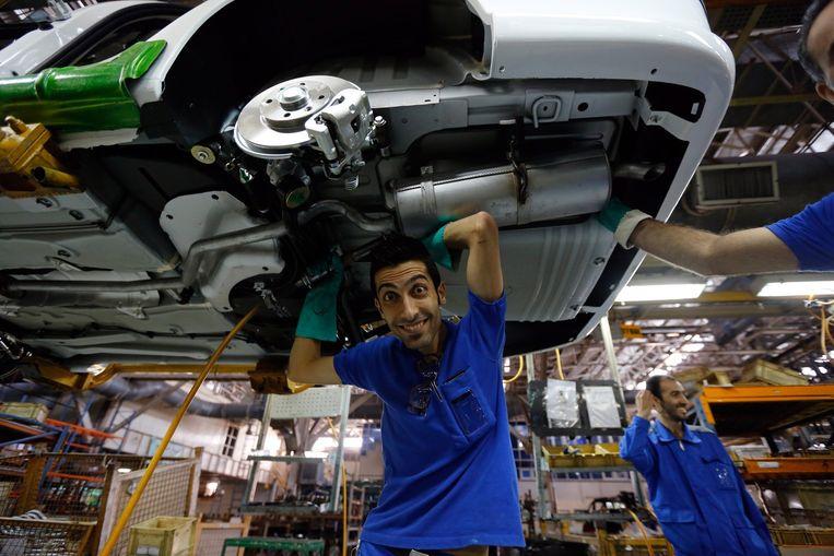 Medewerkers van Iran Khodro in de fabriek in Iran. Autofabrikanten Iran Khodro en Sapia hebben samen 95 procent van de Iraanse markt in handen. Beeld anp