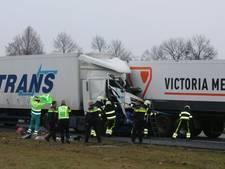 Vrachtwagenchauffeur overleden bij aanrijding A50; weg bij Uden weer open