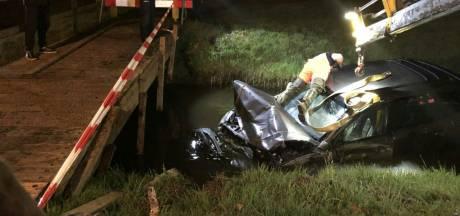 Auto te water in Almelo: bestuurder komt met de schrik vrij