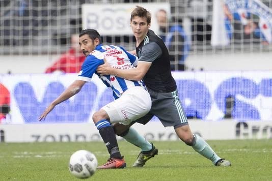 Reza Ghoochannejhad in duel met Ajax speler Max Wöber.