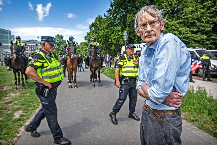 Een man komt zijn onmin over de Nederlandse corona-aanpak uiten op het Malieveld. Beeld Guus Dubbelman / de Volkskrant