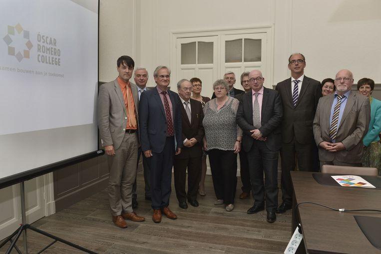 Deze mensen begeleiden de fusie van de acht katholieke scholen. In het midden staan Mieke Van Hecke en burgmeester Buyse die meter en peter worden van het nieuwe college.