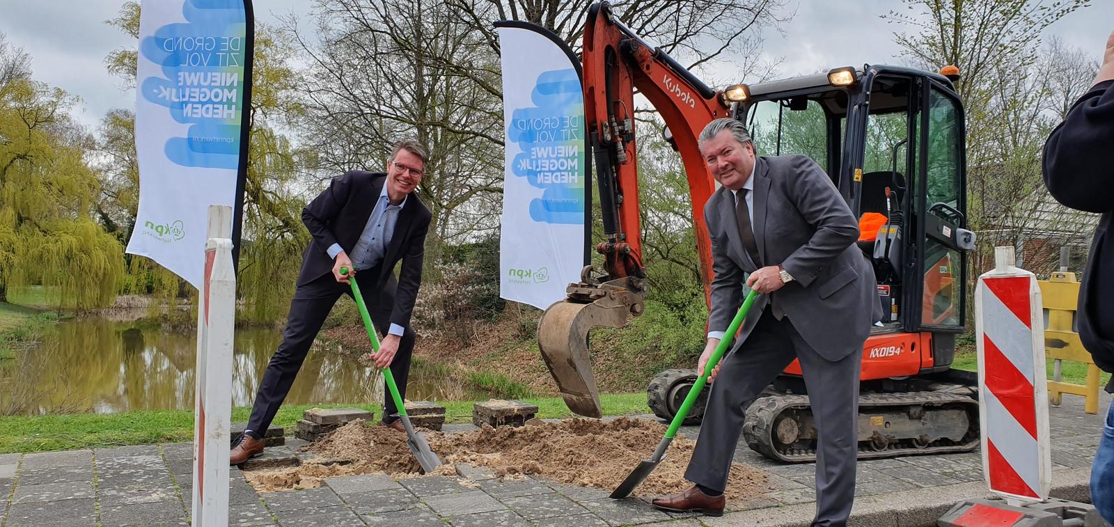 Wethouder Wim Willems (l) en KPN-regiodirecteur Jeroen van der Jagt zetten enkele maanden geleden de eerste schop in de grond in Anklaar.