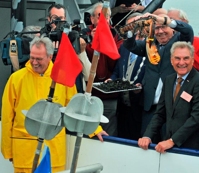 De eerste Oosterscheldekreeft van dit seizoen werd in maart aangeboden aan sportjournalist Kees Jansma en bracht tijdens de veiling een recordbedrag van 50.000 euro op.