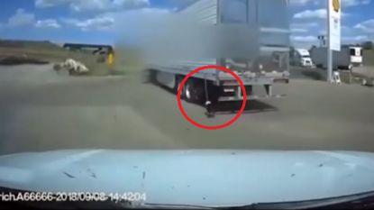 Amerikaanse politie redt hond die vastzit aan rijdende truck