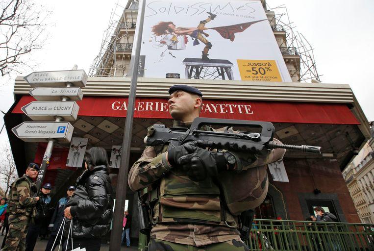 Een militair bij de Galeries Lafayette. Beeld REUTERS