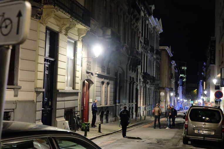 De politie zakte massaal af naar de Bosquetstraat in Sint-Gillis.