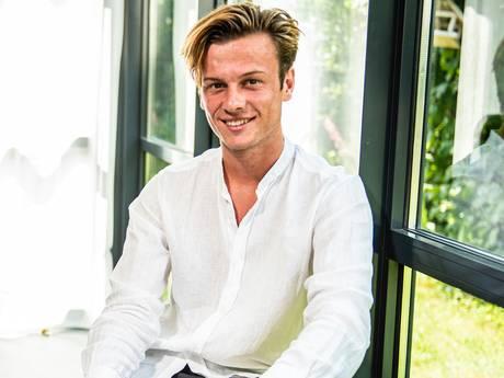 Sam (19) stopte met school en heeft nu eigen fabriek in China: 'Bij mijn eerste miljoen omzet kocht ik een Rolex'