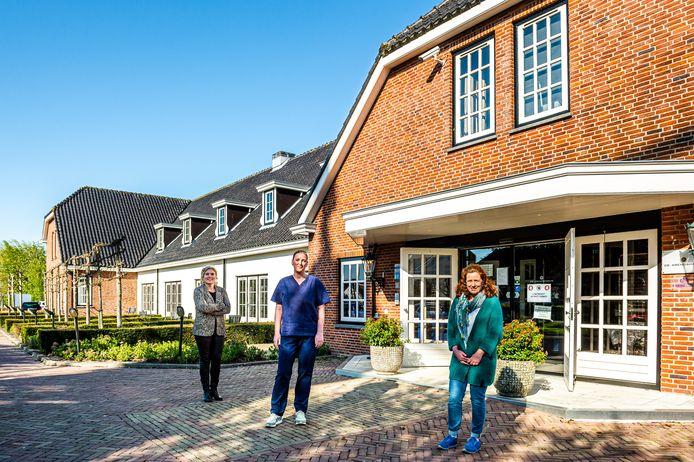 In hotel 'De Arendshoeve' te Bergambacht herstelden tot vorige week coronapatiënten na hun verblijf in het ziekenhuis. Verpleegkundige Lucia van Wijnen (midden) verpleegde de patiënten, naast haar Katja Westgeest van de Vierstroom (links) en locatiemanager Marjan Schrover (rechts).