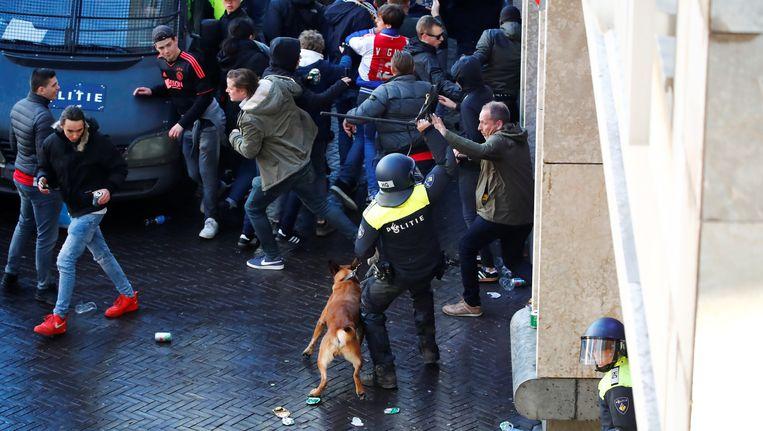 Fans worden uiteengedreven door de politie Beeld reuters