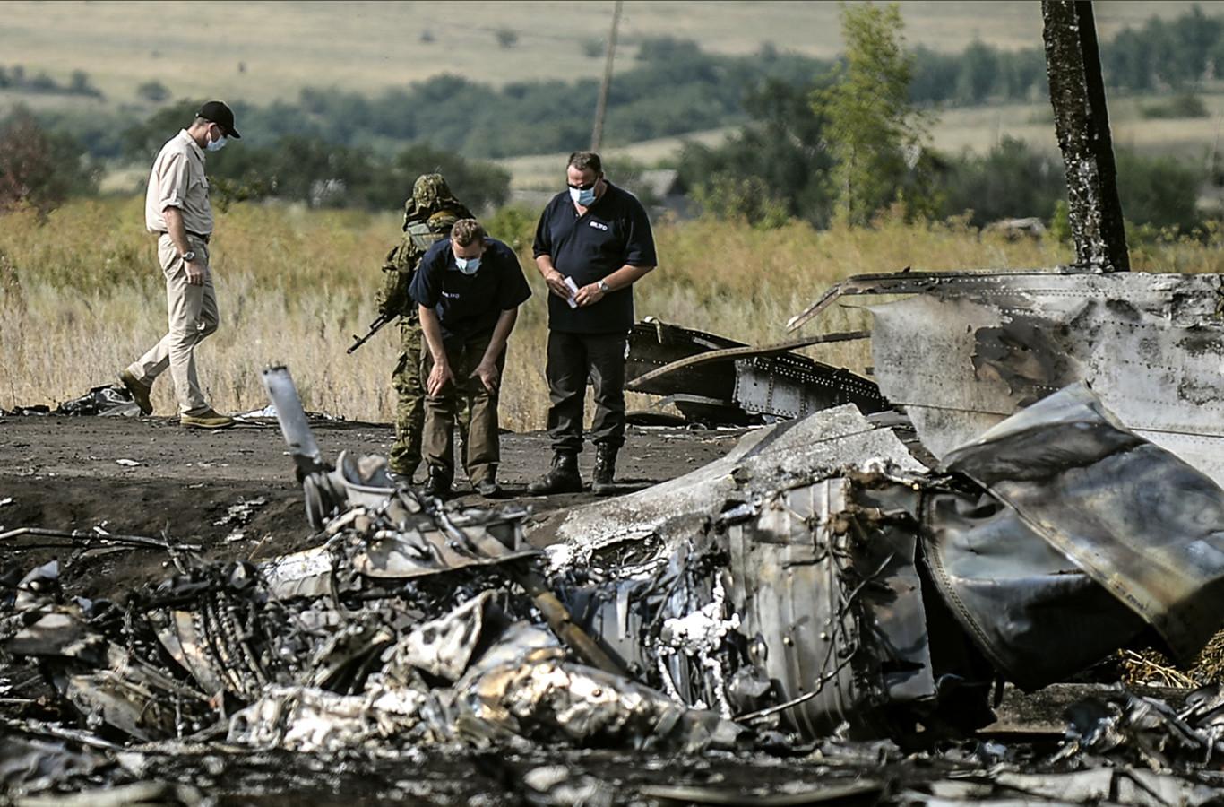 Onderzoek bij de wrakstukken van MH17 vlakbij Grabovo in Oost-Oekraïne.
