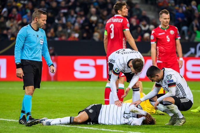 Luca Waldschmidt grijpt naar zijn hoofd na de botsing met doelman Gutor.