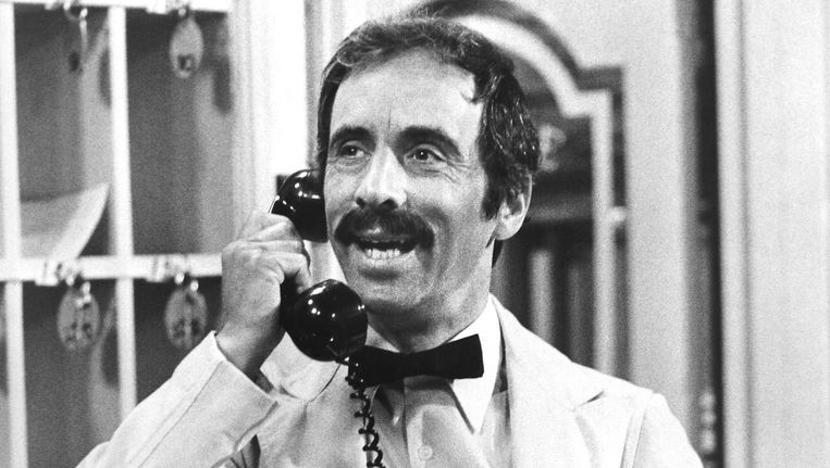 Andrew Sachs in Fawlty Towers Beeld null