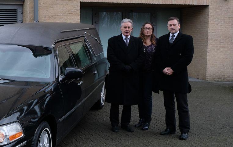 Cathy Goossens met haar vader en man bij de nieuwe locatie aan de Scheldelaan in Willebroek.