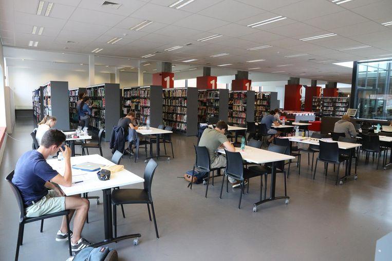 Heel wat studenten blokken samen in de bibliotheek van Ieper.