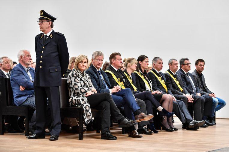 Ministers Hilde Crevits en Pieter De Crem namen plaats naast het gemeentebestuur van Waasmunster.