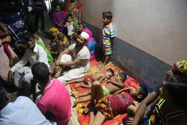 Families met kinderen brengen een nacht door op straat nadat hun woning werd verwoest.