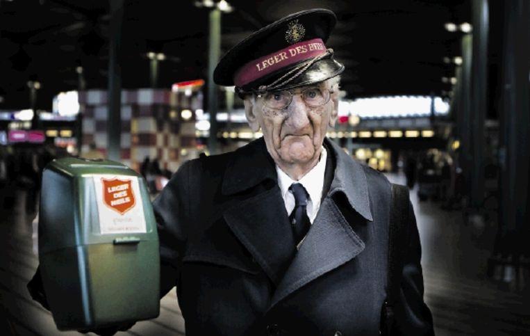 De heer M.P. van Dijk, soldaat van het Leger Des Heils, collecteert op Schiphol. ¿Collecteren is sympathieker dan geld overmaken¿, meent presentatrice Dieuwertje Blok. (FOTO KOEN SUYK, ANP) Beeld