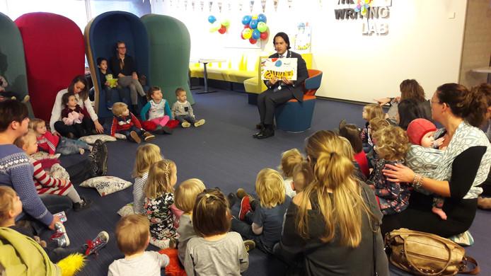 Burgemeester Harald Bergmann las de kinderen voor.
